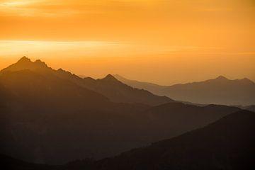 Sonnenuntergang in den Bergen von Emile Kaihatu