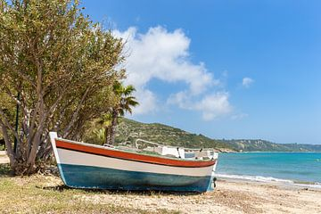 Bunt gefarbtes Boot am griechischen Strand und Küste von