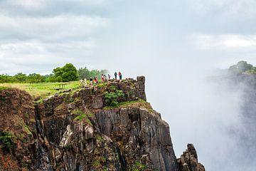Toeristen aan de rand van de Victoria watervallen van Evert Jan Luchies
