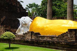 Liggende boeddha gekleed in een goudkleurig gewaad