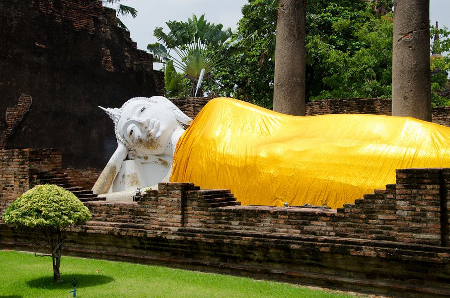 Liggende boeddha gekleed in een goudkleurig gewaad van Maurice Verschuur