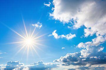 Strahlende Sonne am blauen Himmel von Günter Albers