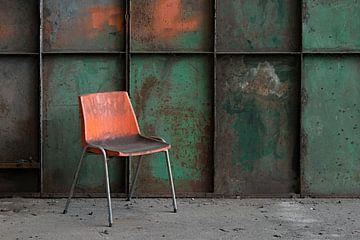oranje stoel von Roel Boom