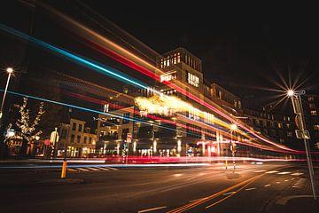 Druk kruispunt met lichtstralen van Jesper Stegers