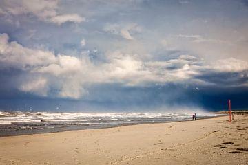 De Noordzee met regenwolken van eric van der eijk