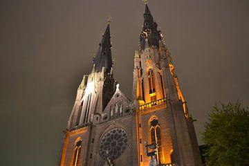 De Catharinakerk in Eindhoven bij nacht van tiny brok