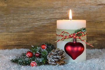 Feestelijke kerstkaars met decoratie van Alex Winter