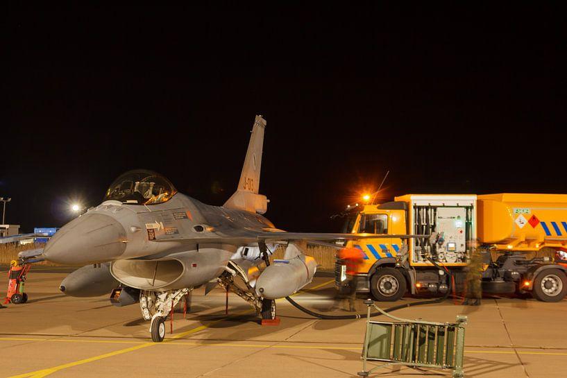 Een F-16 wordt bijgetankt voor een nachtvlucht van Arjan van de Logt