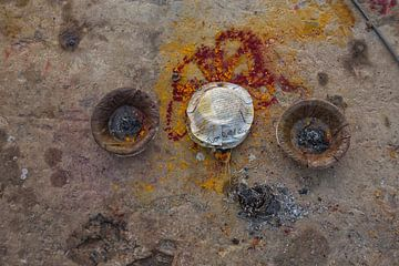 Offers met gouden folies voor Dhamekh Stupa in Sarnath, Varanasi, Uttar Pradesh, India van Tjeerd Kruse