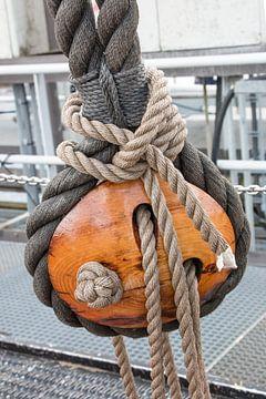 Katrol op een boot met prachtig touwwerk. Pulley on a boat with beautiful rope work. van Anja Bos