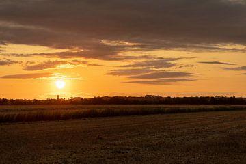 Ondergaande zon boven Domburg van Percy's fotografie