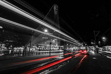 Trams in de avondregen bij Rotterdam Centraal van Arthur Scheltes