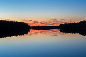 Silhouette reflectie meer in Finland van