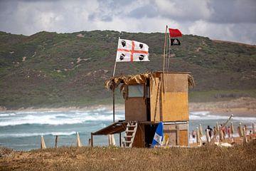 Piratenvlag op Sardinië van Kees van Dun