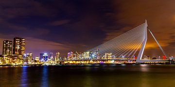 Panorama uitzicht op Erasmusbrug in de nacht van