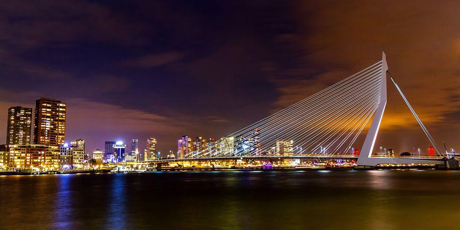 Panorama uitzicht op Erasmusbrug in de nacht van Studio Wanderlove