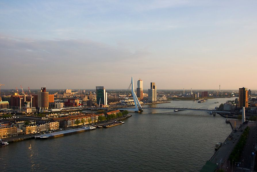 Rotterdam met erasmus brug en Noorder Eiland van Guido Akster