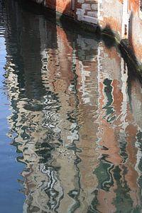 Reflectie in een klein canal van Venetië van
