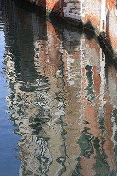 Reflectie in een klein canal van Venetië van Danielle Roeleveld