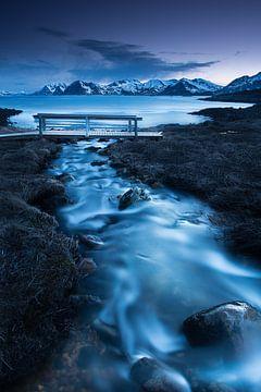 Bach mit kleiner Holzbrücke vor Meer und Gebirge in Norwegen. von Voss Fine Art Fotografie