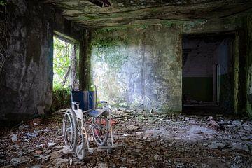 Fauteuil roulant dans un espace abandonné. sur Roman Robroek
