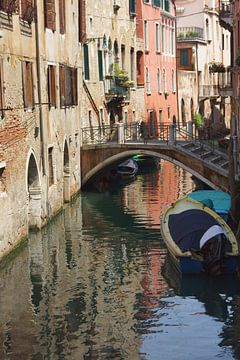 Kanaal en een brug in Venetië von Michel van Kooten