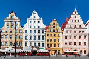 Zicht op de fraaie , gekleurde gevels van de huizen in Krakau (Polen)