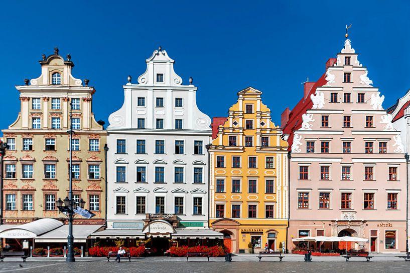 Zicht op de fraaie , gekleurde gevels van de huizen in Krakau (Polen) van Rita Phessas