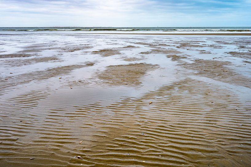 Ebbe und Flut am Strand von Ameland von Rob IJsselstein