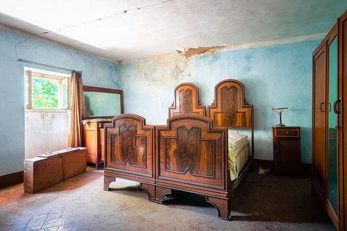 Verlassenes Schlafzimmer mit Holzbetten.