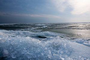 Winterlandschap van kruiend ijs