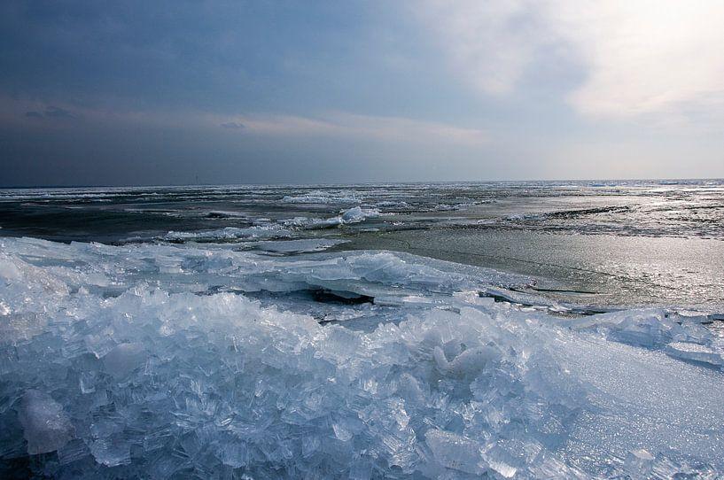 Winterlandschap van kruiend ijs  van Ton de Koning
