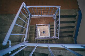 La ligne bleue dans la cage d'escalier sur