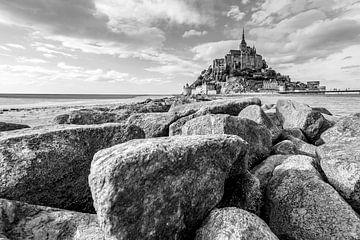 Mont Saint Michel met een stenen dam in zwart wit. van Jan Hermsen
