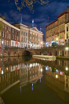 Sfeervol Utrecht, avondfotografie aan de Oude Gracht met uitzicht op de Stadhuisbrug van Ad Jekel