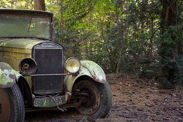 verlaten oldtimer in een bos van Kristof Ven