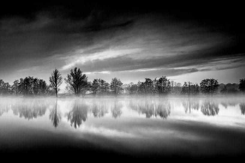 Reflecting in B&W van Ruud Peters