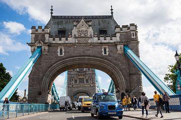 Tower Bridge avec bleu et jaune sur Marcia Kirkels