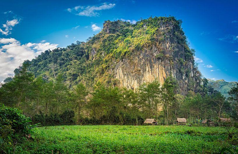 Hutjes voor de bergwand, Laos van Rietje Bulthuis