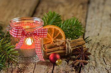 Brandende adventskaars in lantaarn met kerstversiering van Alex Winter