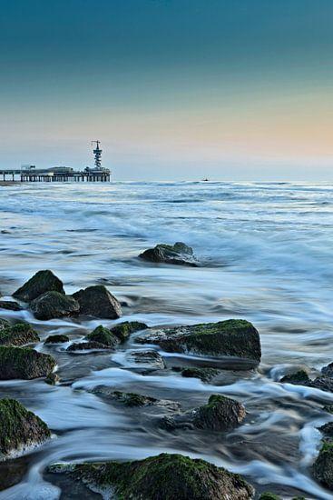 De Pier van Scheveningen met de rotsen van een golfbreker in de branding van gaps photography