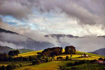 Baskische heuvel in het laatste daglicht van Harrie Muis