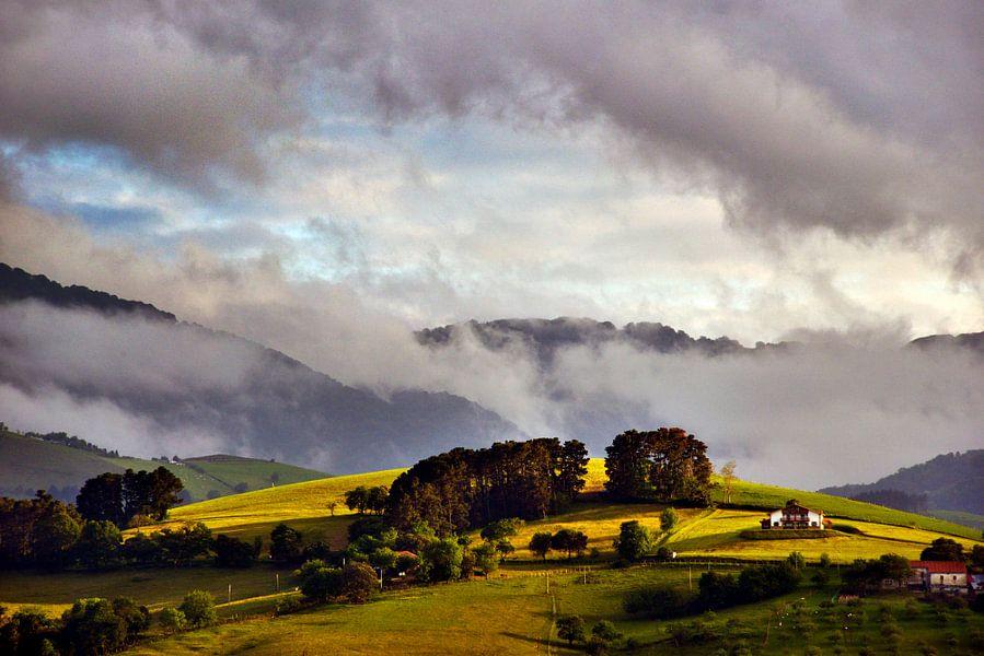 Baskische heuvel in het laatste daglicht