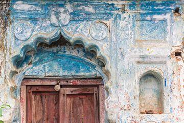 Typisches indisches Tor über einer Tür eines alten Hauses in Orchha von Marc Venema