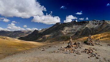 steen mannetjes en bergen. schilderachtig landschap von Eline Oostingh