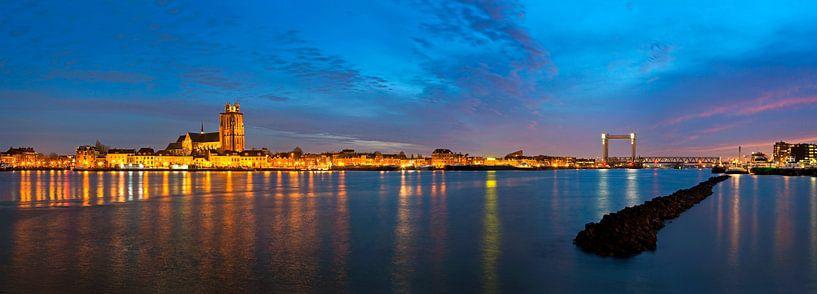 Panorama schönen bewölkten Himmel über Dordrecht von Anton de Zeeuw