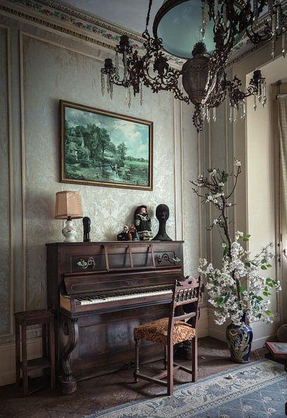 Klavier in einem verlassenen Haus von Inge van den Brande