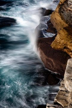 Brechende Wellen an felsiger Küste von Rob van Esch