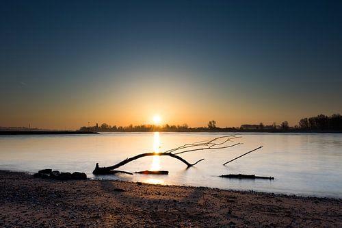 lever du soleil au-dessus de l'eau