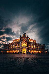 De Semperoper in Dresden op het blauwe uur en verlicht van Jan Wehnert